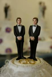 http://frigidebarjot.files.wordpress.com/2012/10/mariage_homo.jpeg?w=182&h=270